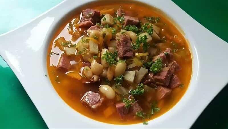 тарелка супа с мясом и фасолью