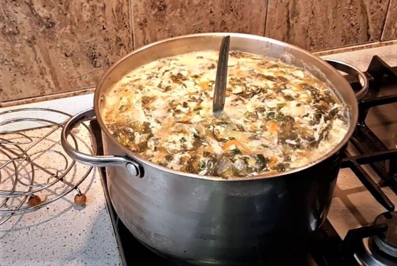 кастрюля с щавелевым супом