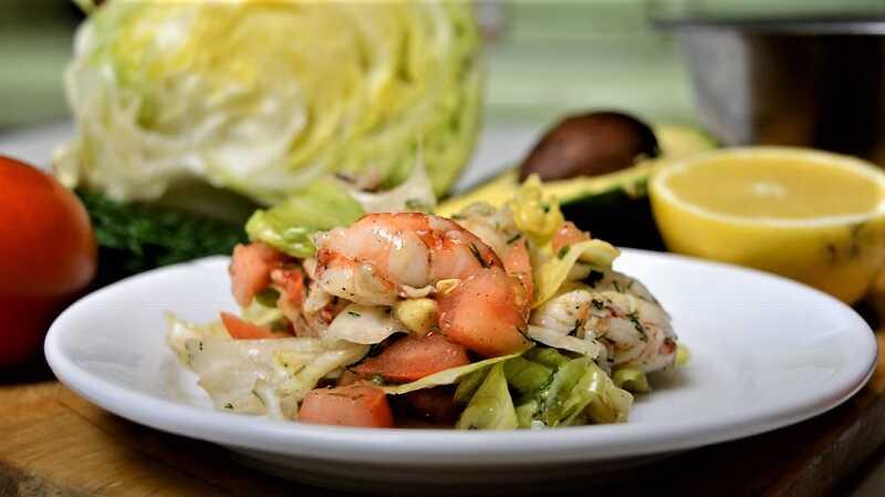 салат с листьями салата и креветками