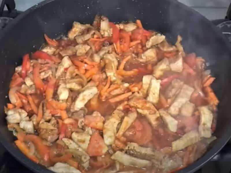 овощи с мясом на сковороде
