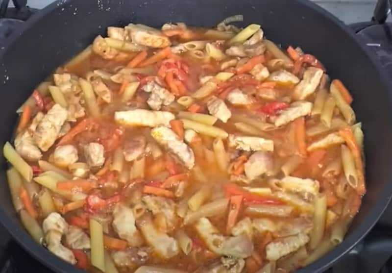 макароны с овощами на сковороде