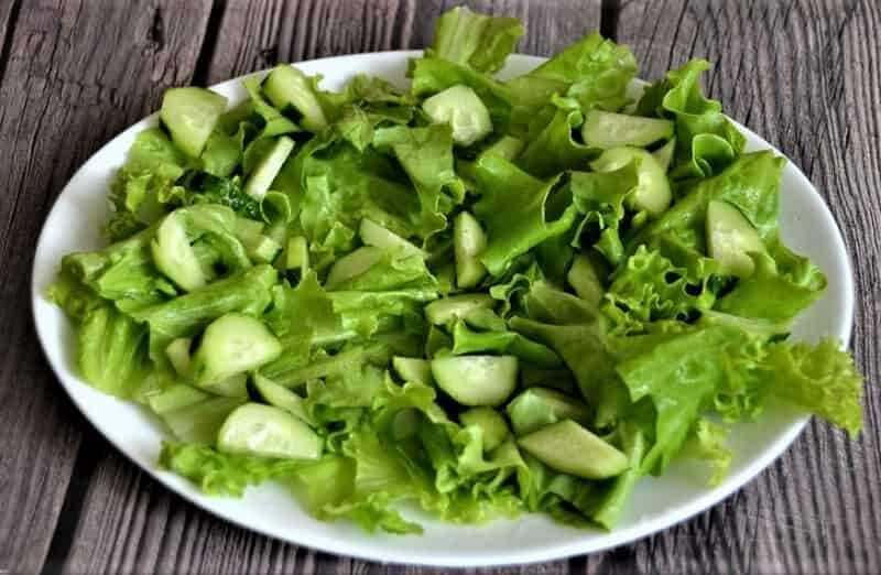 мюнхенский салат с листьями салата