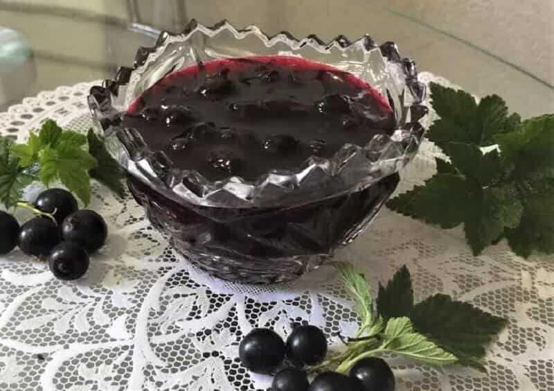 вазочка с вареньем черной смородлины