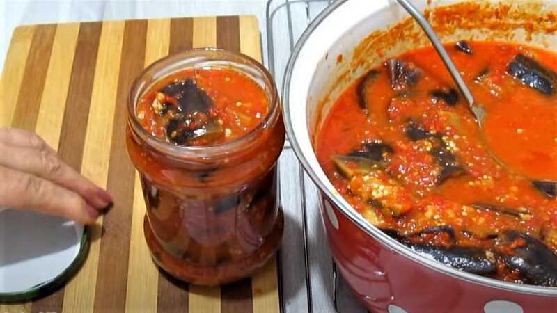салат из баклажанов в блюде