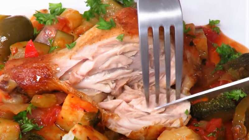вилка и мясо курицы