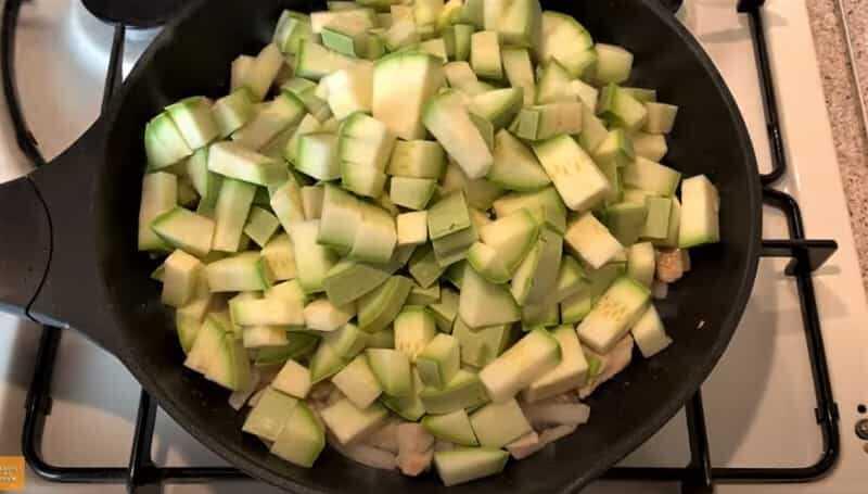 кусочки кабачка на сковороде