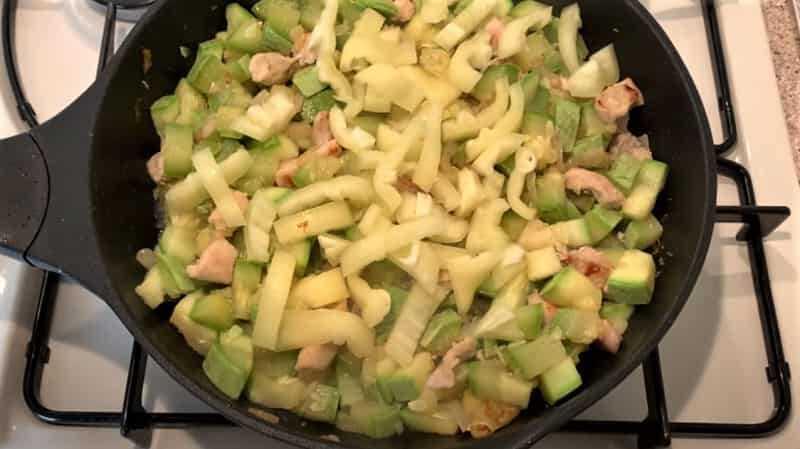 кусочки перца с кабачком в сковороде