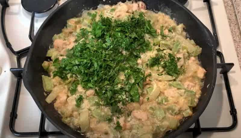 зелень петрушки на соте из овощей