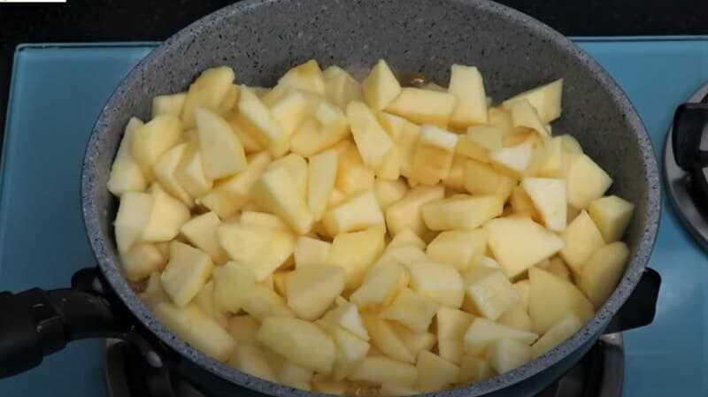 кусочки яблок на сковороде
