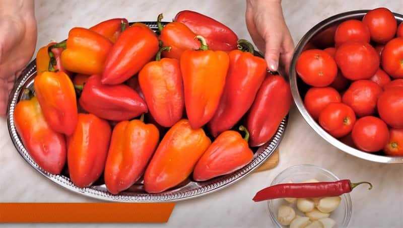 целые перцы и помидоры
