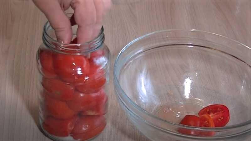 дольки томатов в банке