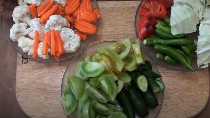 овощи в тарелках