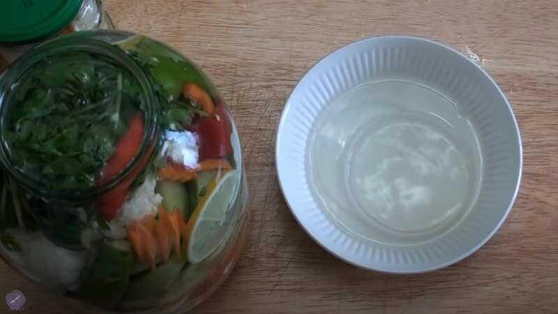 полная банка овощей