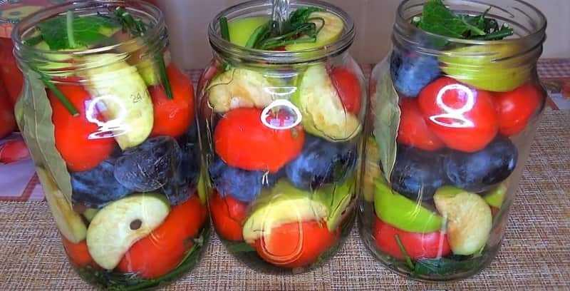 ассорти с помидорами и фруктами в банке