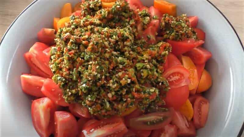 дольки томатов с измельченной массой