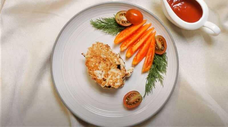 тарелка с оладьями