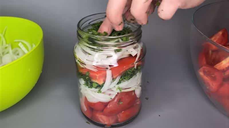 слои лука и томатов в банке