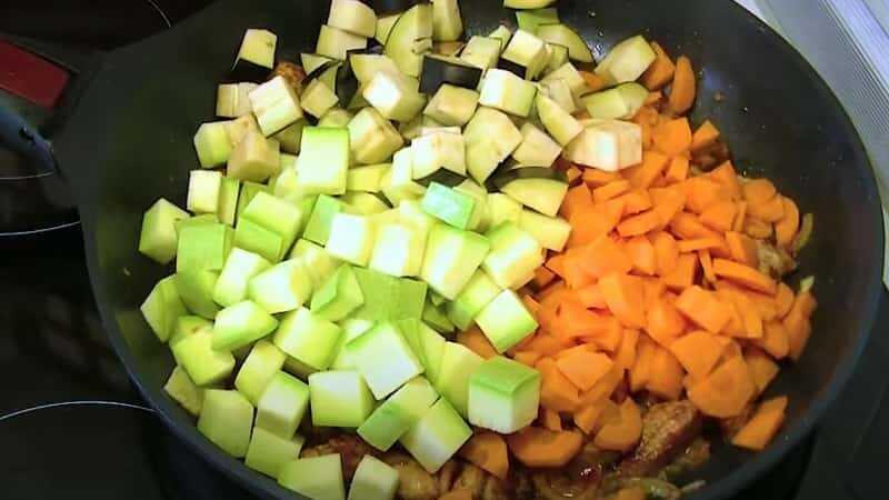 кабачки с кусочками моркови