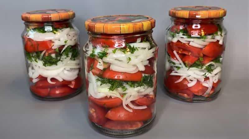 лук с дольками томатов