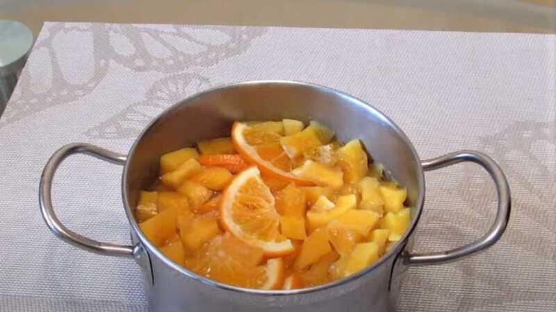 цукаты и апельсины в кастрюле