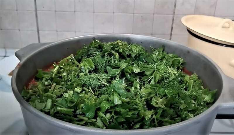 зелень в кастрюле