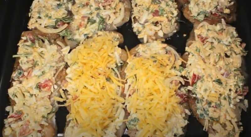 сыр натертый на начинке
