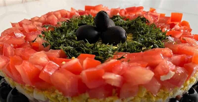 кольцо из помидор на салате