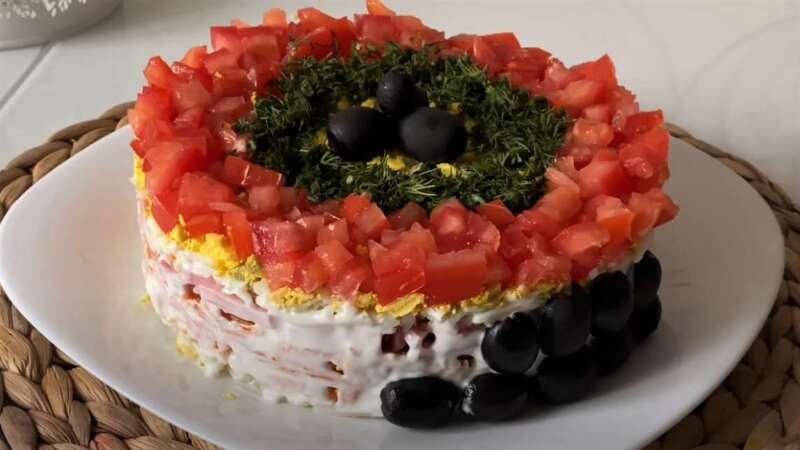 оливки сбоку салата
