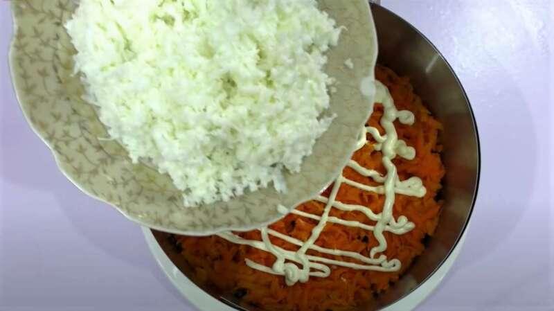 слой моркови и белка
