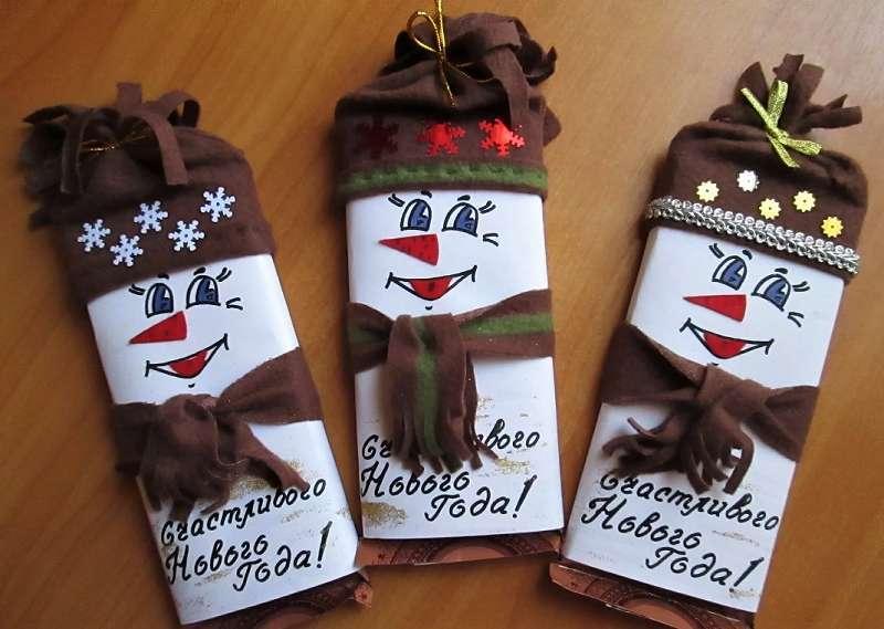 снеговики в шапочках на шоколадке