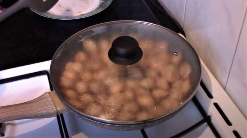 сковорода закрыта крышкой