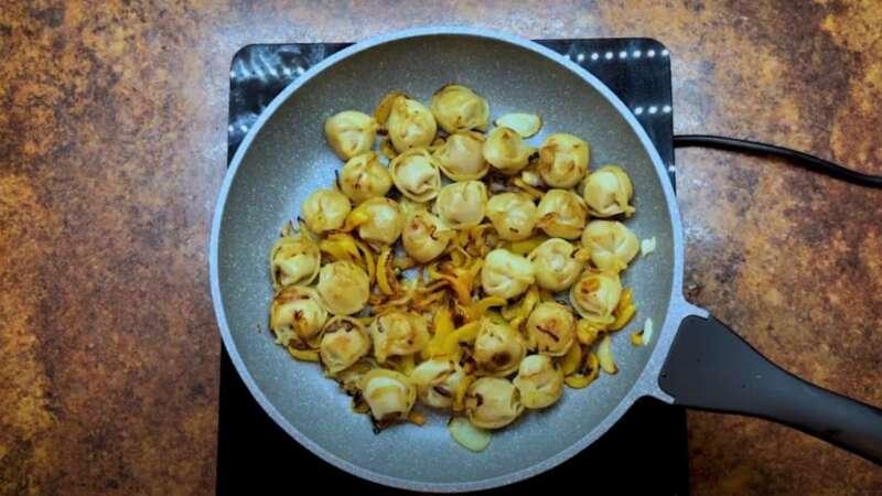 обжаренные овощи с пельменями