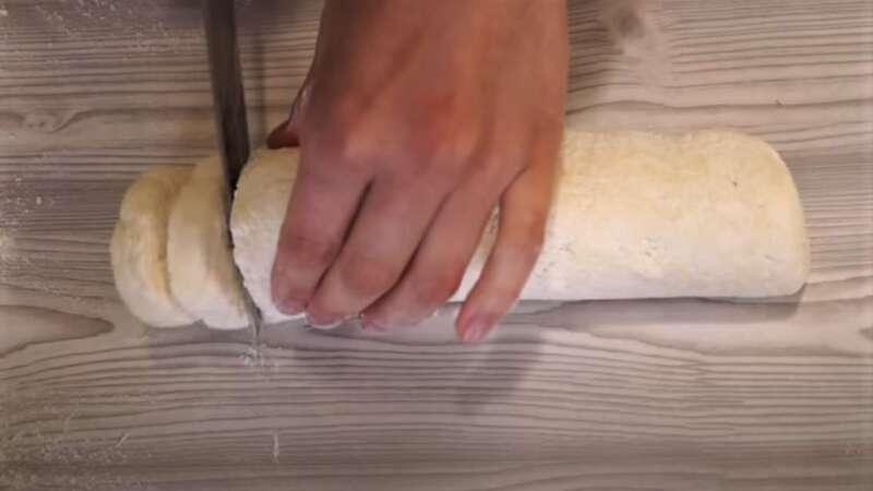 нарезание сырников из теста