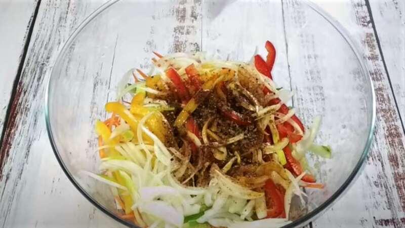нарезанные овощи в блюде