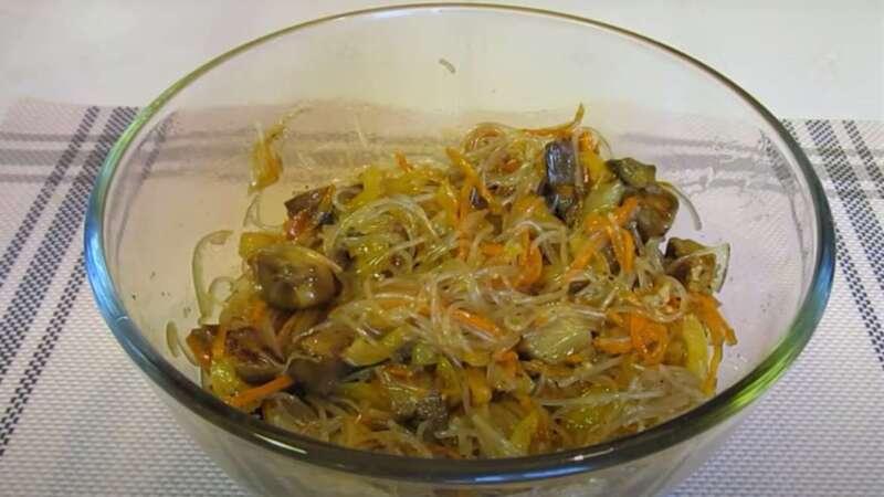 фунчоза в миске с баклажанами