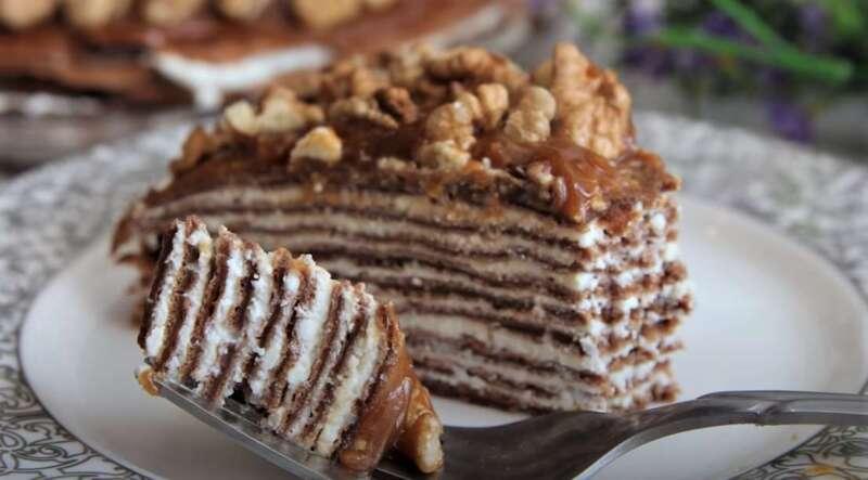 кусок блинного торта на вилке
