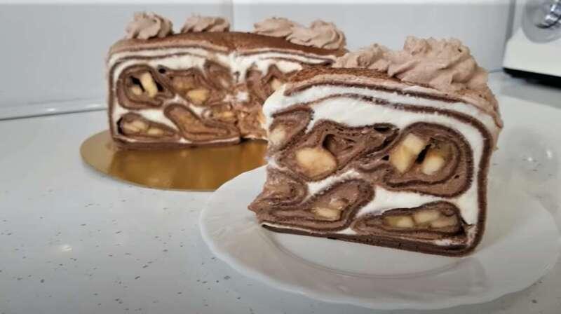 кусочки шоколадного блинного торта