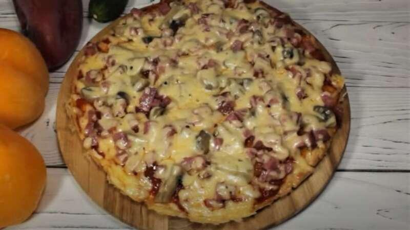 испеченная пицца на сковороде