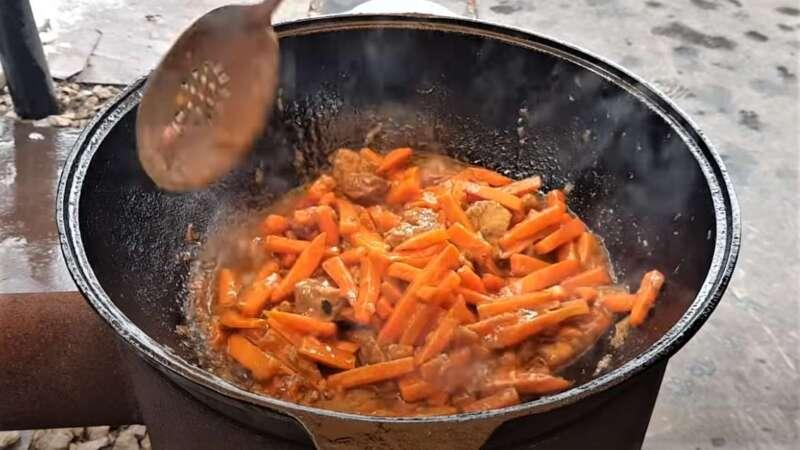мясо и морковь обжаренные