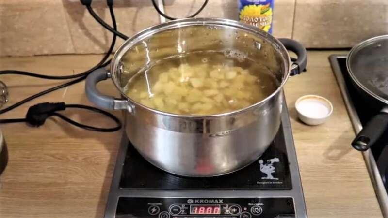 кастрюля с картошкой