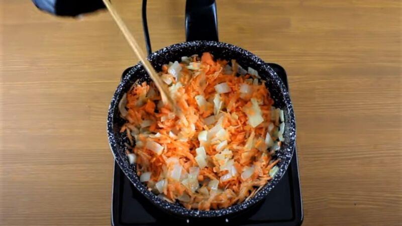 морковь с луком в сковороде