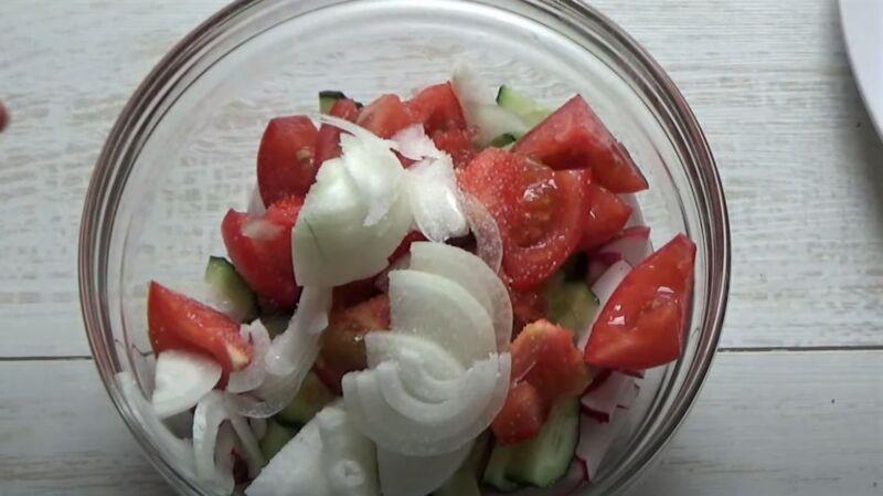 овощи для салата в чашке