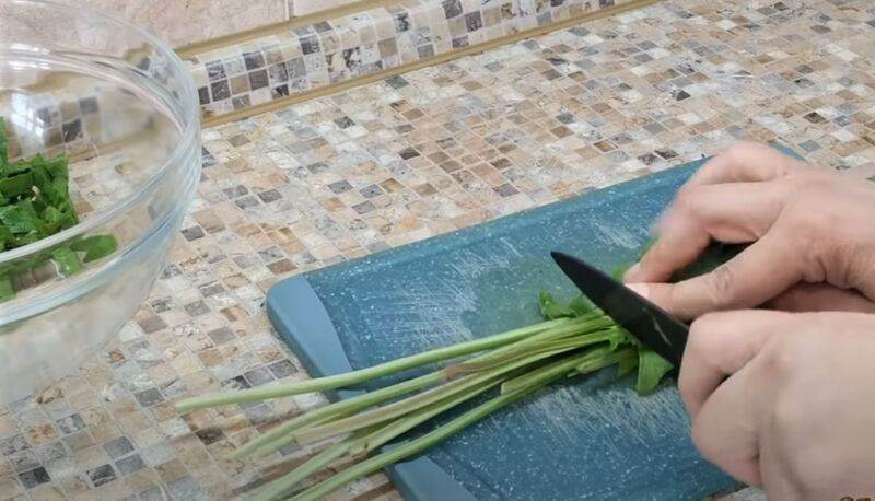 отрезать стебли щавеля