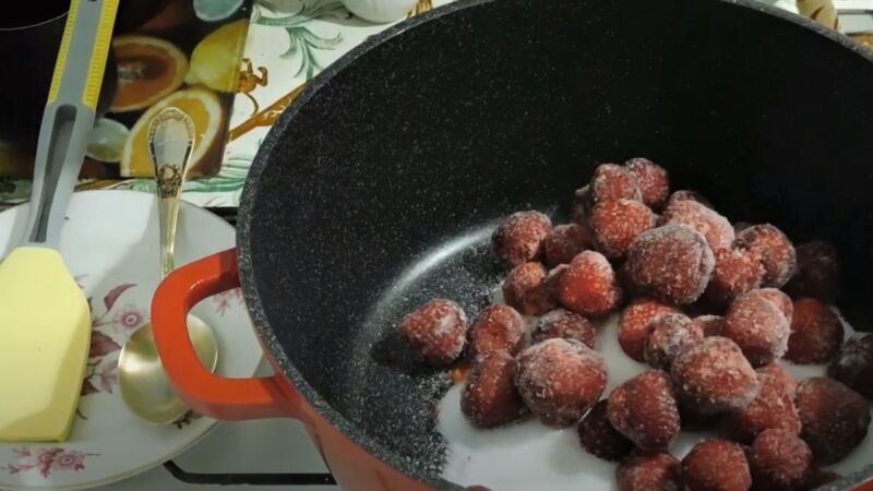 клубника с сахаром в сковороде