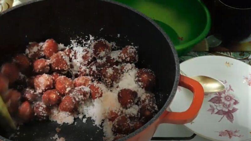 перемешивание ягод с сахаром