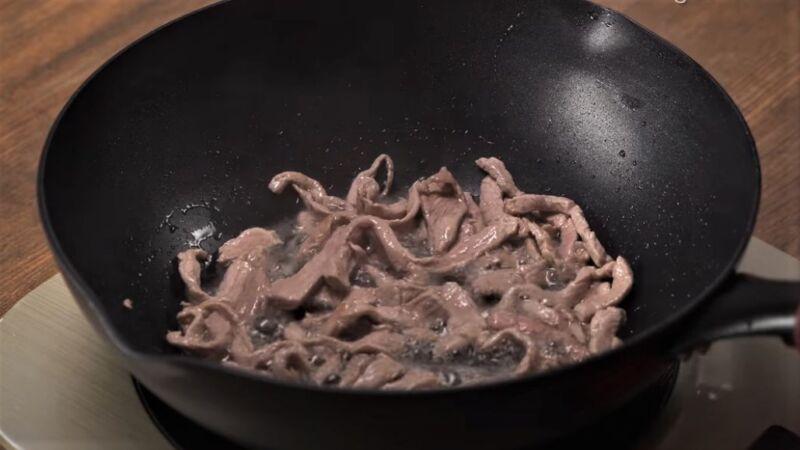 кусочки свинины в сковороде