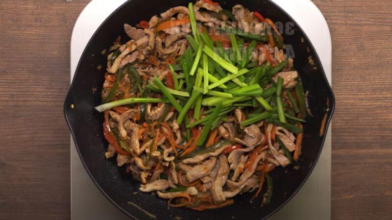 зеленый лук с овощами