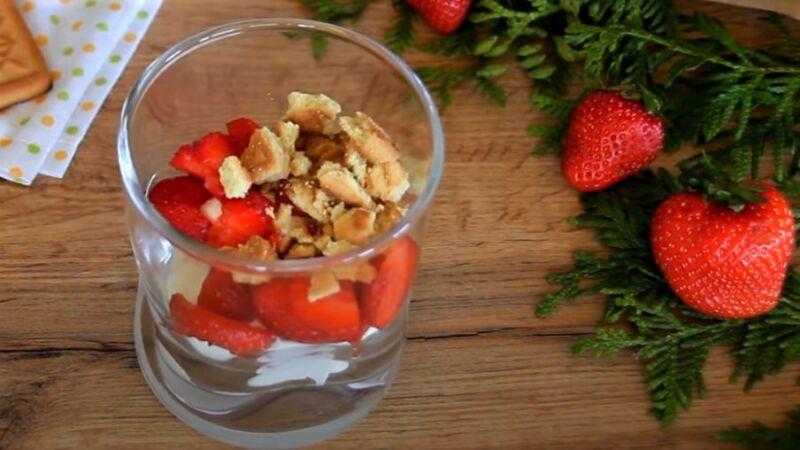 десерт с клубникой в стакане