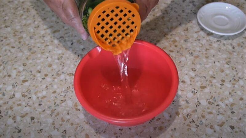 слив воды из банки