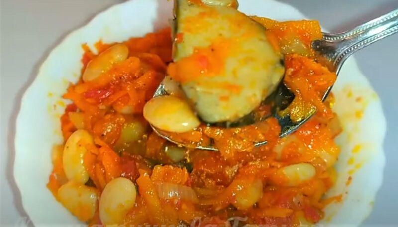 блюдо с салатом из грибов